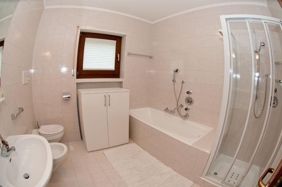 Appartamento con terrazzo affitto stagionale annuale o mensile for Bagno piccolo con vasca