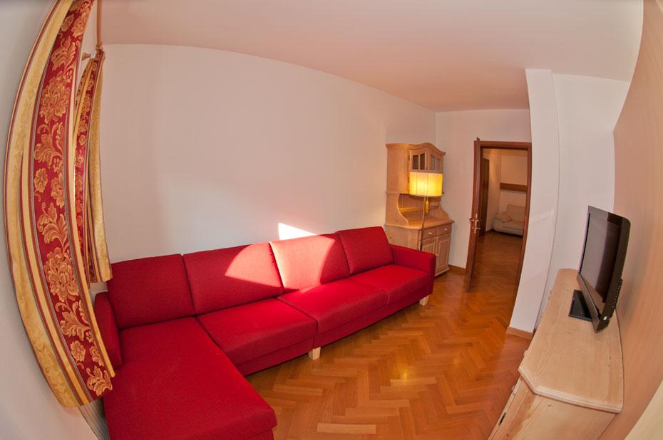 Appartamento con logge ortisei affitto stagionale mensile for Soggiorno con divano